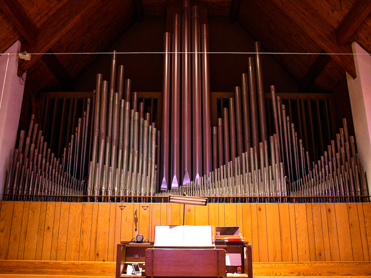 Organ console and pipes